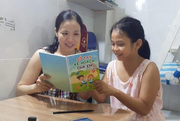 Mẹ hướng dẫn con lập kế hoạch học tập và giải trí.