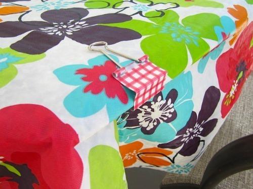 Sử dụng kẹp bướm cố định mép khăn trải bàn