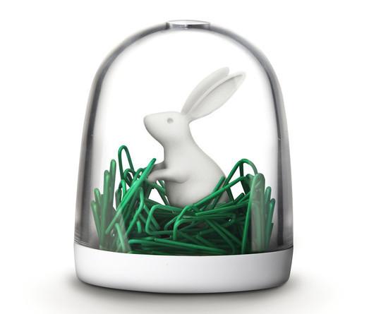hộp đựng kẹp thỏ trên cánh đồng